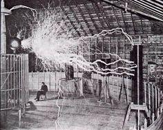 El inventor e ingeniero Nikola Tesla en su laboratorio en Colorado Springs hacia el año 1900