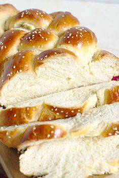 Challah Bread - A beautiful and impressive bread made with just 6 simple ingredients. This classic Jewish bread is great for sandwiches, french toast, and more! Challah Bread Recipes, Homemade Naan Bread, Peanut Recipes, Baking Recipes, Loaf Recipes, Baking Ideas, Pasta Recipes, Cinnamon Monkey Bread, Canada