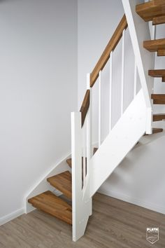 Treppe als Wangentreppe, Eiche geräuchert und geölt, teilweise weiß, Treppenbau Plath