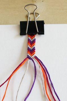 comment faire un bracelet brésilien chevron ... Braided Friendship Bracelets, Diy Friendship Bracelets Patterns, Diy Bracelets Easy, Bracelet Chevron, Crochet Bracelet, Lanyard Bracelet, Rubber Band Bracelet, Hemp Crafts, Birthday Gifts For Teens