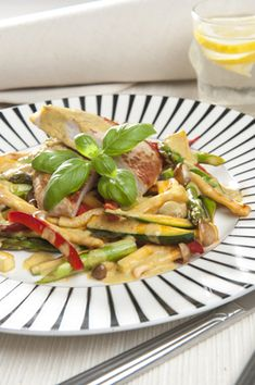 Thailandsk kotelet Nem og hurtig wokret med masser af lækre grønsager, kokosmælk og rød karrypasta fra Familie Journals Slankeklub
