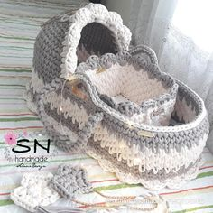 Here are 16 awesome ideas for diy Christmas decorations. Baby Knitting Patterns, Crochet Patterns, Crochet Bowl, Crochet Basket Pattern, Baby Moses, Baby Baskets, Baby Bassinet, T Shirt Yarn, Baby Blanket Crochet