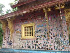 Sur les murs du wat, pochoirs à la feuille d'or, réalisés par les élèves de l'école des beaux-arts de Luang Prabang. (Photo prise par isriya)