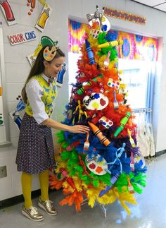 Cassie Stephens: Art Room Rainbow Tree (and a New Mural)! Art Classroom, Classroom Themes, Classroom Design, Painting For Kids, Art For Kids, Art Teacher Outfits, Art Room Doors, Art Room Posters, Kindergarten Art Lessons