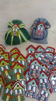 ceramic as a craft: ceramic houses. Magnets for wedding favors. Clay Tiles, Ceramic Clay, Ceramic Pottery, Pottery Art, Ceramic Houses, Paper Clay, Clay Art, Polymer Clay Ornaments, Tiny Treasures