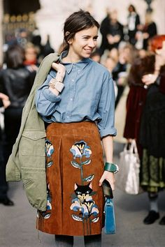 Check out this suede skirt, with a little added detail- top trends. Im thinking to work with a white blouse and opaque tights! (via Vanessa Jackman: Paris Fashion Week AW). Mode Style, Style Me, Mode Boho, Elegantes Outfit, Suede Skirt, Leather Skirt, Moda Fashion, Street Style Looks, Mode Inspiration