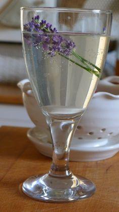 Levandulová limonáda.... Flute, Champagne, Smoothie, Drinks, Tableware, Med, Recipes, Syrup, Smoothies