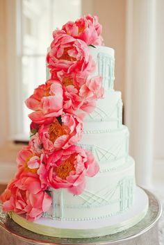 Bridge / Peony Wedding cake Would be awesome to do the golden gate and bay bridges around instead of the brooklyn bridge