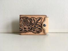 Portefeuille style porte billet et monnaie en cuir repoussé motif: floral avec roses : Porte-monnaie, portefeuilles par lakota-cuir