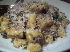 Mezi rychlé recepty patří určitě i bramborové noky s žampiony a smetanovou omáčku. Pokrm je ideální jako večeře i oběd.