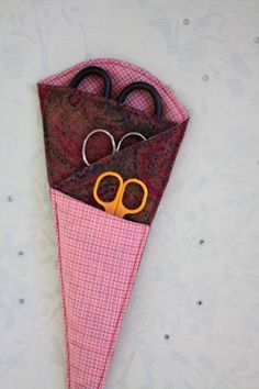 Scherenmöhre aus Stoffresten / Home for scissors made from scraps of fabric / Upcycling