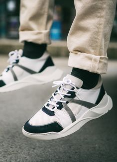 Sneakers blanches et noires Canal St Martin #chaussures #baskets #sneakers #streetwear #sneakerheads #sneakeraddict #style #CanalStMartin Plus Belle La Vie, Streetwear, Baskets, Black People, Street Outfit, Hampers, Basket, Curves