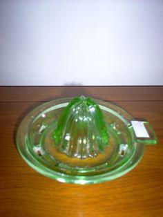 Vintage Dishes, Vintage Kitchen, Vintage Items, Glass Cocktail Shaker, Vaseline Glass, Antique Glass, Vintage Green, Colored Glass, Bone China