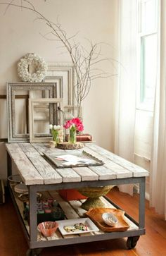 table basse en bois de style industriel, murs beiges, fenetre grande