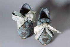 KINDERSCHUHE IN-8731 Kinderschuhe. Blaue Seide, spitze Form, Silberstickerei, mit breiter Masche. Hersteller unbekannt. Seidendamast, Leder. Herkunft: Zürich. Um 1750. (IN-8731)