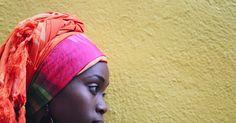 Como usar um lenço afro-americano na cabeça. Mulheres afro-americanas usam lenços na cabeça por inúmeras razões, e uma delas é para se tornar mais elegante. Esse lenço africano, ou afro-americano, pode ser amarrado de várias maneiras e não há uma maneira única ou correta para amarrá-lo — faça da maneira que a agrade e que combine com sua personalidade. O método básico de amarrar um lenço ...