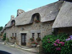 Kérascoët : un village en toit de chaume