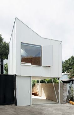 """Making a case for """"right-sized"""" housing, three secondary dwelling designs illustrate how granny flats are being reinterpreted as site-responsive and sustainable spaces that alleviate contemporary demands on our suburbs. Garage Granny Flat, Granny Flat Plans, Small Beach Houses, Small Houses, Independent House, Backyard Studio, Studios Architecture, Flat Interior, Houses"""