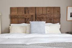 tête de lit originale en vieille porte grange en bois massif