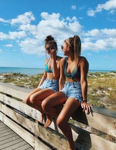 Looking for new ideas for beach photos? Here are some beach photos to give you inspiration for your next trip Tumblr Beach Photos, Cute Beach Pictures, Beach Tumblr, Photos Bff, Cute Friend Pictures, Best Friend Photos, Best Friend Goals, Friend Pics, Bff Pics