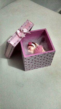 Caixa MDF 6X6 revestida em tecido, decorada com fita com bebe de biscuit dentro imã de geladeira. Vai enrolado em papel celofane com TAG. Feita em qualquer cor. Pedidos acima de R$100,00 frete Grátis para Brasilia! R$ 11,50