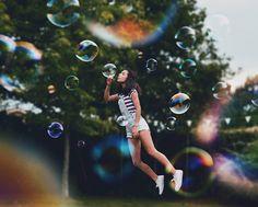 """Voando entre bolhas ou flutuando em um balanço de nuvens, as fotos de Ale Espinosa (@__somethingnice__) são prova de uma imaginação sem limites. Com apenas 14 anos, esta garota espanhola tem se dedicado ao que ela chama de mundo """"de diversão e ideias diferentes."""" Amante do desenho, da arte, da fotografia e dos esportes, Ale economizou dinheiro para comprar uma câmera, com a qual captura momentos do cotidiano e dá vida por meio de suas montagens há cerca de um ano. """"Gosto de criar e inventar…"""
