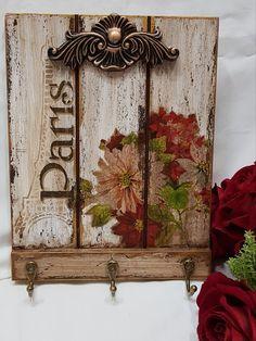 PORTA CHAVES Decoupage Vintage, Decoupage Art, Pallet Wall Decor, Wood Pallet Signs, Barn Wood Crafts, Pallet Crafts, Crackle Painting, Painting On Wood, Arte Pallet