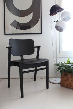 Ajattelin tautiloisista huolimatta kirjoittaa pienen rapsan tästä meidän Domus-tuolien kunnostusprojektista. Tämä ei totisesti ole mikään...