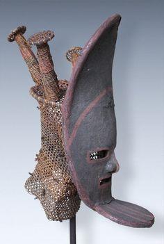 Chokwe Lovale Mask (unclear character) Maße (Höhe x Breite x Tiefe): ca. 43 x 23 x 23 cm Gewicht: ca. 430 gr.