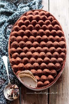 Tiramisù - Ricetta classica e veloce con uova pastorizzate. I just want to know how they made the top! Food Cakes, Cupcake Cakes, Cupcakes, Sweet Recipes, Cake Recipes, Dessert Recipes, Healthy Recipes, No Bake Desserts, Just Desserts