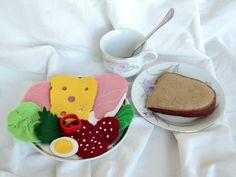 Obložený půlkrajíc Hračka do dětské kuchyňky či obchůdku. Rozměry chleba: 10 X 8 cm. Cena za půl krajíce chleba s oblohou.