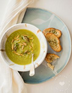 Receta Crema de Espárragos: Es hora de aprovechar la corta temporada de espárragos y disfrutar des esta cremos sopa, simple pero de sabores complejos.