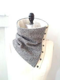 Capucha de lana gris y cuero blanco