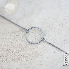 Zusss | Fijn armbandje met cirkel mat zilver | http://www.zusss.nl/product/fijn-armbandje-met-cirkel-mat-zilver/
