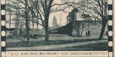 Foto uit Ons Land d.d. 11-03-1932 Buiten de Waterpoort te Gorinchem met zicht op de Tolkazerne en vestingmuur. Ook de Grote Toren is op de achtergrond te zien.