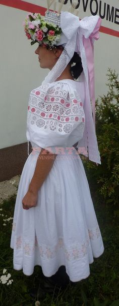 Ethnic Outfits, Ethnic Clothes, Beautiful Costumes, Folk Costume, Big Bows, Pictures To Paint, People Around The World, Flower Girl Dresses, European Countries