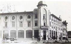 Büyük Kardiçalı Hanı Kardiçalı Han (tam ismi Büyük Kardiçalı Han) İzmir'in (özellikle tütün ticaretinde isim yapmış) tanınmış ailelerinden Kardiçalı ailesi tarafından 1923'de inşa edilmiş ve Türkiye'de betonarme mimarinin ilk örneklerinden biri olan (İstanbul Vakıflar Bölge Müdürlüğü binasından sonra ikinci) ticari amaçlı bir yapıdır. Türkiye Cumhuriyeti'nin ilk yıllarında, neoklasik bir yaklaşım içinde gelişen ve Osmanlı dini yapılarının dekoratif mimari unsurları kullanılarak oluşturulmaya…