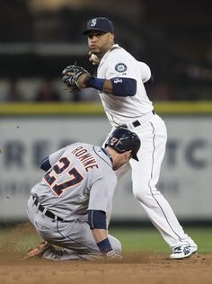 Mariners second baseman Robinson Canó, right, tries