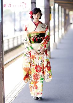 The Kimono Gallery Furisode Kimono, Kimono Dress, Japanese Costume, Japanese Kimono, Traditional Kimono, Traditional Dresses, Mode Kimono, Cute Kimonos, Kimono Design