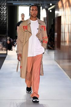 Burberry Spring 2019 Menswear Fashion Show Collection: See the complete Burberry Spring 2019 Menswear collection. Look 100 Fashion Art, High Fashion, Mens Fashion, Fashion Trends, Burberry Prorsum, Burberry Men, Burberry Print, Young T, Vogue Men