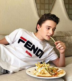 Noah with food! Best picture ever! Stranger Things Actors, Stranger Things Funny, Stranger Things Netflix, Future Boyfriend, To My Future Husband, Will Byers, Cute Actors, My Soulmate, Millie Bobby Brown