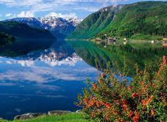Les Fjords Norvégiens   Un fjord ou fiord (mot norvégien, prononcé fiord) est une vallée glaciaire très profonde, habituellement étroite et aux côtes escarpées, se prolongeant en dessous du niveau de la mer et remplie d'eau salée. L'eau au fond des longs fjords est très peu salée : elle est en grande partie issue de torrents et de la fonte des neiges. Il s'agit d'une eau douce et froide, donc plus dense que l'eau de mer à laquelle elle se mélange peu et sous laquelle elle descend.