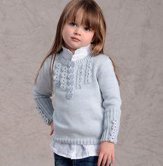 Un pull basique agrémenté de galons au crochet et de 6 petits boutons fantaisie pour ce pull enfant d'esprit romantico - vintage. Modèle facile à tricoter pour les filles de 2 ans à 14 ans.
