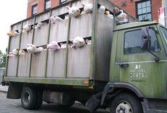 Street artist Banksy is de hele maand oktober in New York City te vinden. Nou ja, te vinden… kleine kans dat je hem tegen komt want niemand lijkt te weten hoe hij eruitziet, laat staan hoe hij echt heet. Een van z'n kunstwerken getiteld Sirens of the Lambs rijdt de komende paar weken door de […]