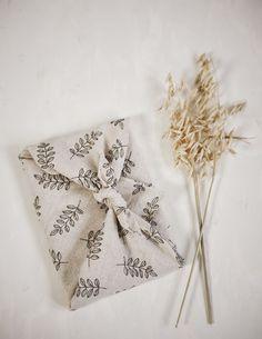 DIY Geschenktuch binden mit der Furoshiki Tradition #nachhaltigkeit #geschenke #diy Hygge Christmas, Christmas Holidays, Furoshiki, Birthday Gift Wrapping, Creative Gift Wrapping, Wraps, Packaging, Homemade, Crafty