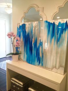 Diesein eine Art große abstrakte Kunstwerk ist mit einer Mischung aus Acrylfarben, Recycling-Glas und Harz Beschichtung um eine wirklich einzigartige und ruhige abstrakt original erstellen texturiert. Das Gemälde hat eine Glas-Mantel Schicht Epoxidharz, einen dicken Hochglanz-Glanz, Stück hinzuzufügen. Sieht schön aus in natürlichem Licht!!  Das Ikat Muster Stil Gemälde umfasst Schattierungen von grau-weiß, Gold, Creme, Silber irisierenden Glitter und Berührungen Blattsilber.  Dies ist eine…