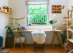 Atelier de jóias com mesa de cavalete e tampo de pinus, cadeira  com pele sintética.