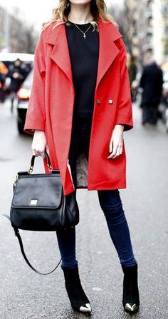 Le petit Chaperon Rouge est de retour... #nouvelleco #mode #femme #inspiration #lookoftheday #getthelook #fashion #rouge #couleurs #jean #pull #manteau