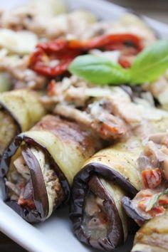 Rollos de berenjena con champiñones pechuga de pollo, tomates secos y parmesano