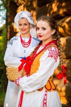 Regional costumes of Lasowiacy, Poland. Each region has it's own costume. Polish Embroidery, Polish Clothing, Polish People, Polish Folk Art, Costumes Around The World, Art Populaire, Folk Costume, Ethnic Fashion, Polish Girls